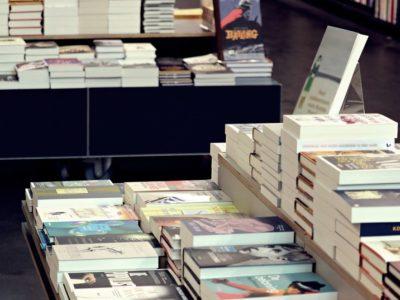 Pembajak buku setan literasi