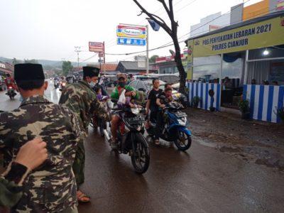 Dukung Dalam Bertugas, GP Ansor Cikalong Kulon Cianjur Bagikan Takjil Untuk Polisi